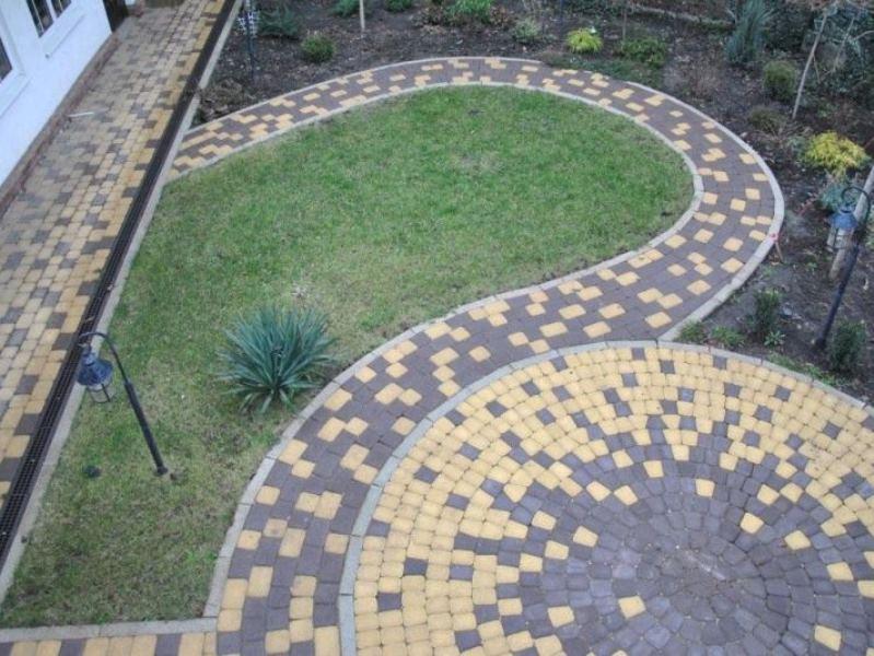 Фото дорожки из тротуарной плитки в саду необычной формы