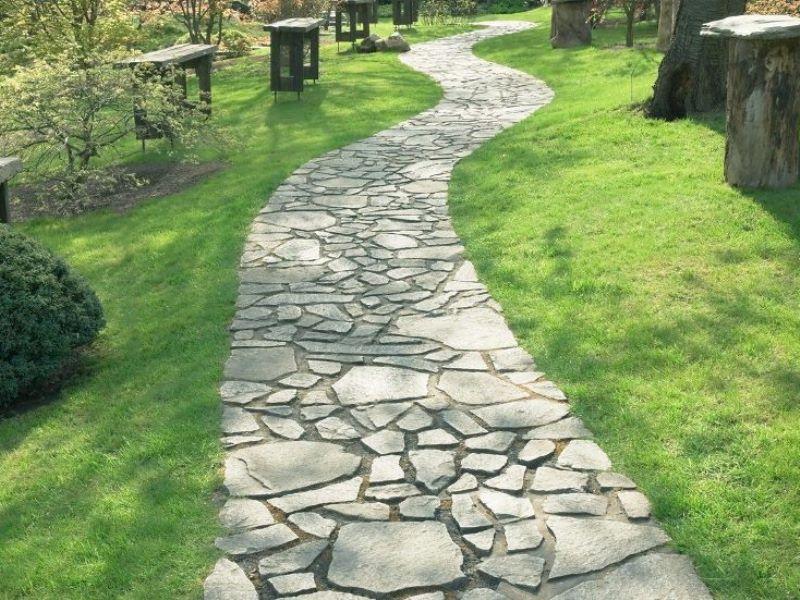 Фото вымощенной дорожки натуральным камнем естественной формы