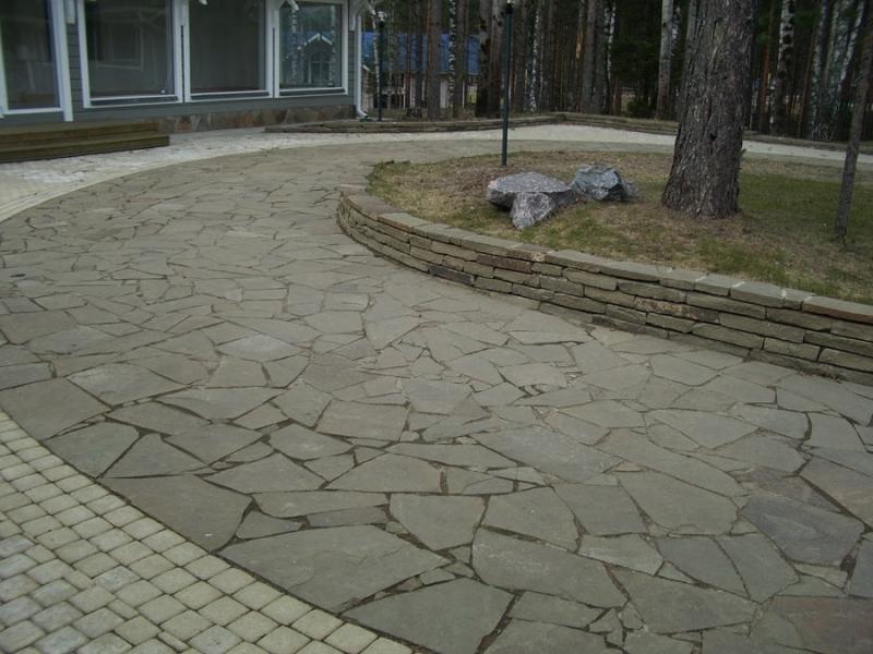 Фото эффектной системы для прогулок из природного камня