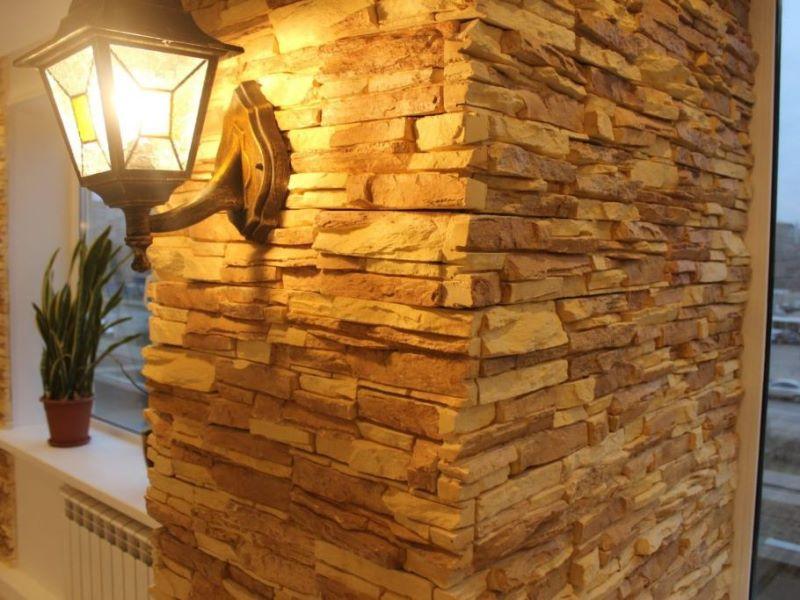 Фото стены, облицованной камнем с использованием клеевой смеси