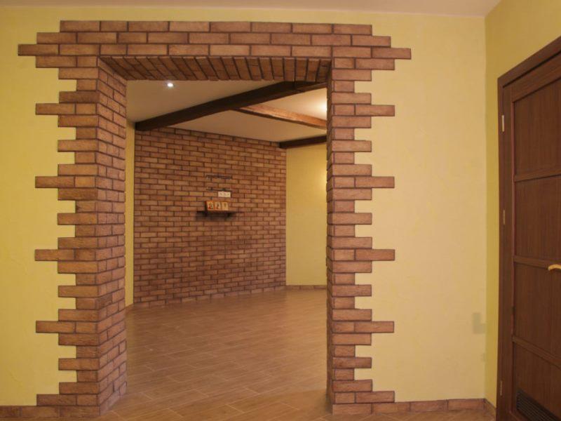 Фото дверного проема с облицовкой коричневым камнем