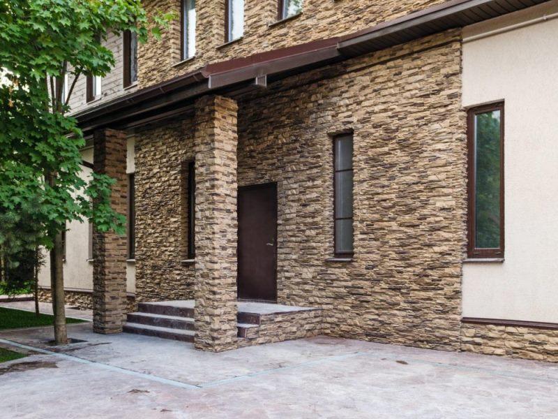 Фото отделки здания и колон натуральными камнями