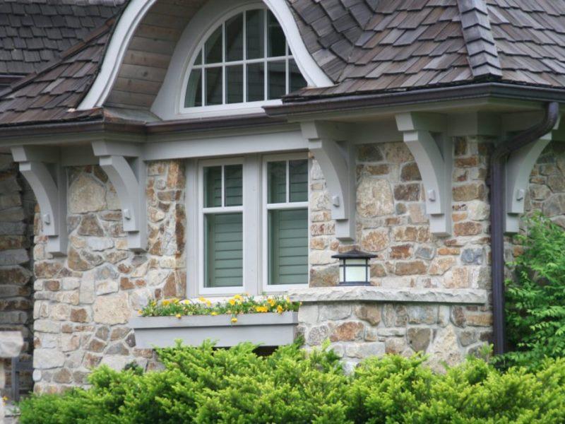 Фото дома с фасадом из натурального камня