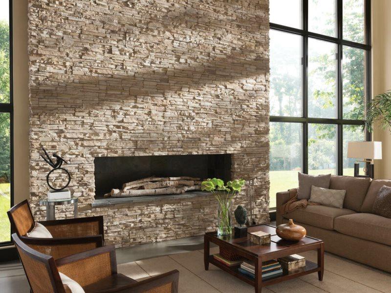 Фото стены с камином, задекорированной натуральным камнем