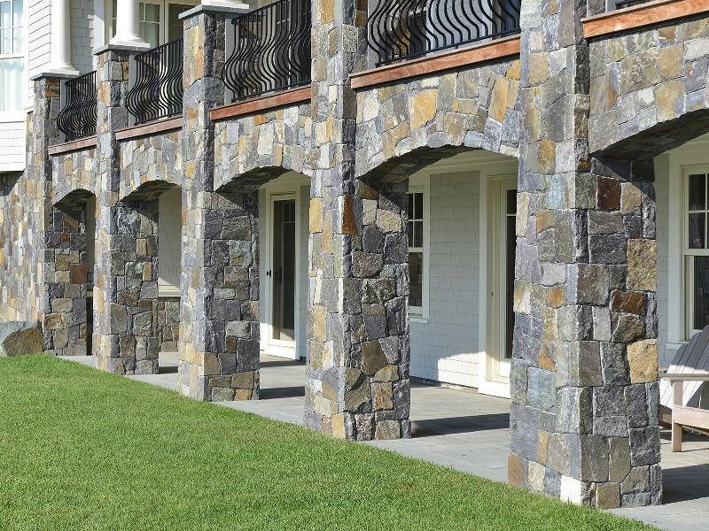 Фото фасада задания, в отделке которого был использован природный камень