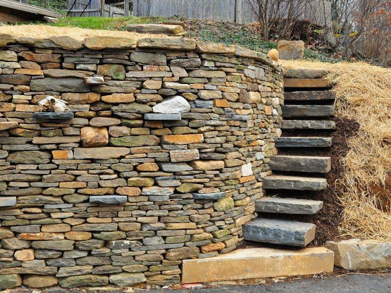 Фото примера облицовки подпорной стенки натуральным камнем