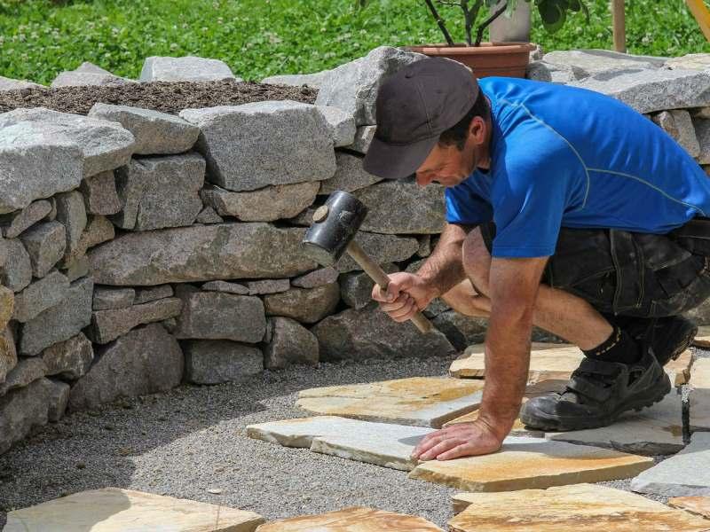Фото процесса укладки природного камня на садовую дорожку