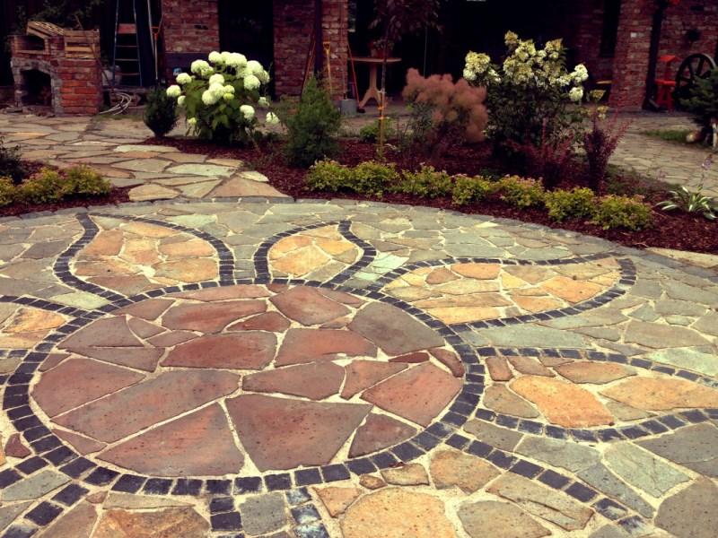 Фото садовых дорожек, вымощенных природным камнем