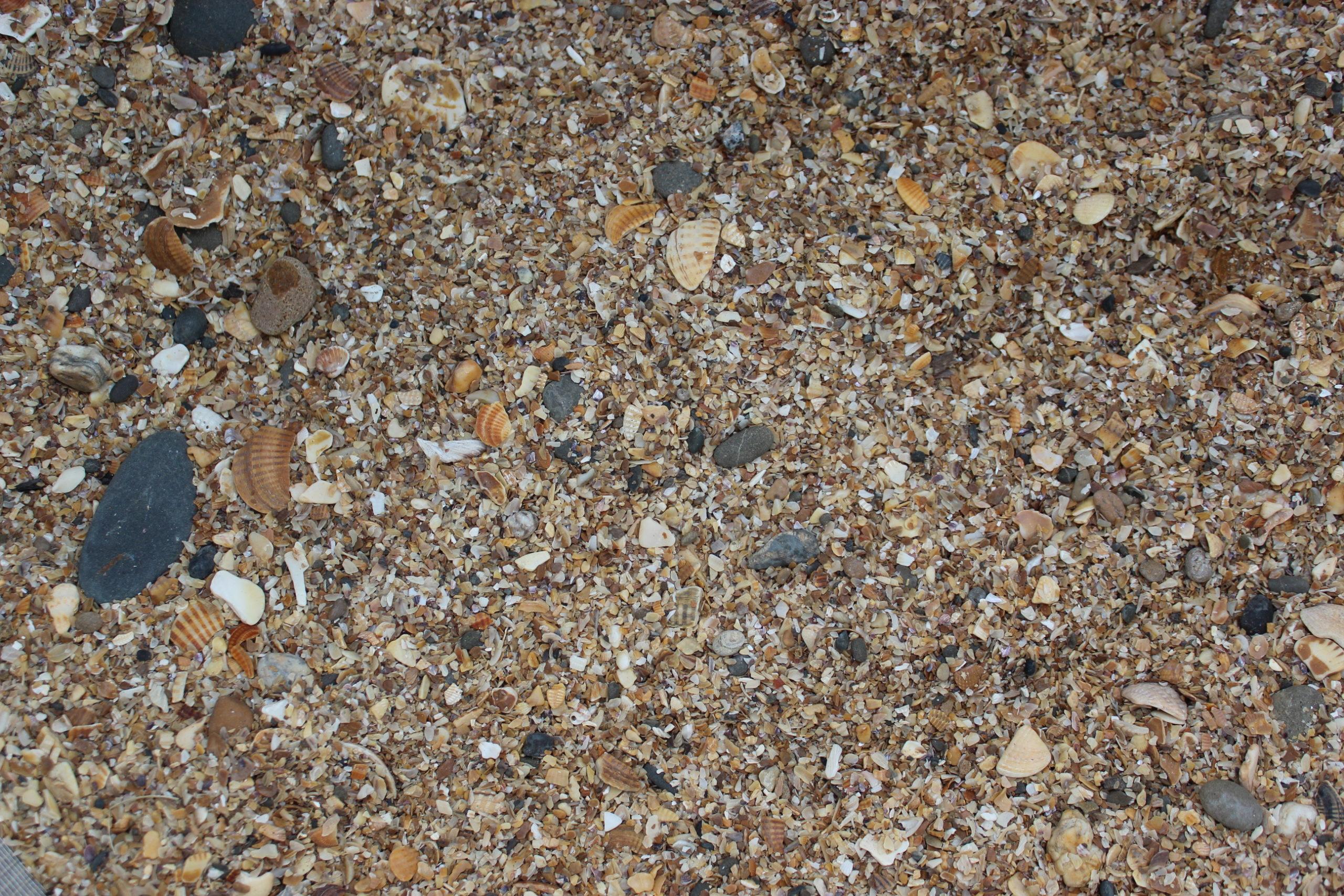 Морской песок с галькой